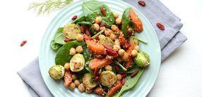 Rosenkohlsalat mit Spinat und Kichererbsen