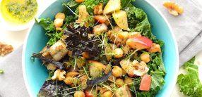 Grünkohl-Bowl mit Sellerie, Apfel und Kichererbsen