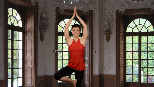 Large chinesin klaert auf yoga