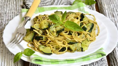 Medium penne mit gebratenen zucchini und artischocken