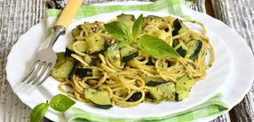 Pasta mit gebratenen Zucchini und Artischocken