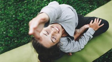 I370 208 yoga wohlfuehlen gesundheit yogaglow 690923674 header