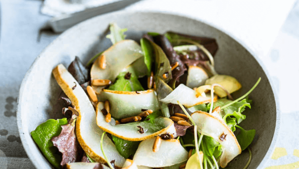 Wildkräutersalat mit gebratener Birne