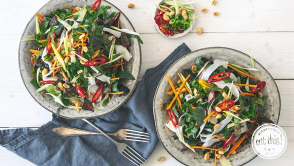 Rezept: Veganer Pad Thai Salat mit Mangold