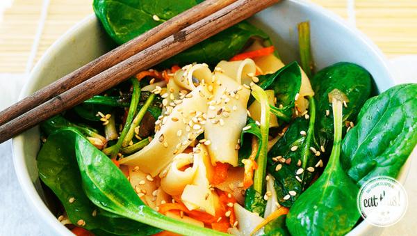 Rezept: Asia-Reisnudel-Salat mit frischem Babyspinat