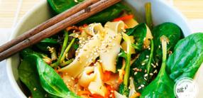 Asia-Reisnudel-Salat mit frischem Babyspinat