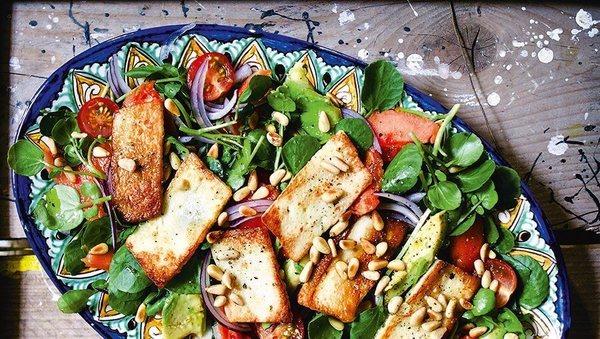 Salat mit Papaya, Halloumi und Brunnenkresse