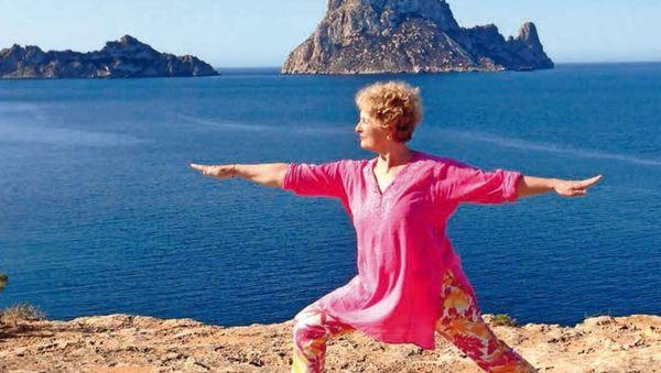 Porträt der bekannten Yogalehrerin Anna Trökes