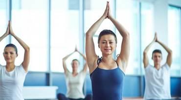 I370 208 yogalehrer schueler shutterstock 327302255