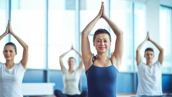Large yogalehrer schueler shutterstock 327302255
