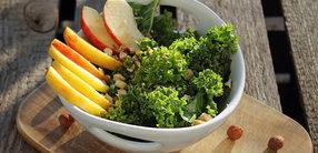 Rezept: Apfel-Grünkohl-Salat mit Haselnüssen