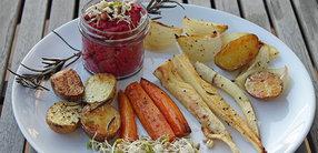 Rezept: Winter-Ofengemüse mit Hummus und Sprossen
