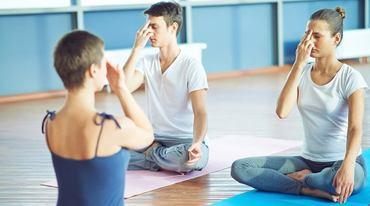 I370 208 yogalehrer shutterstock 279326201