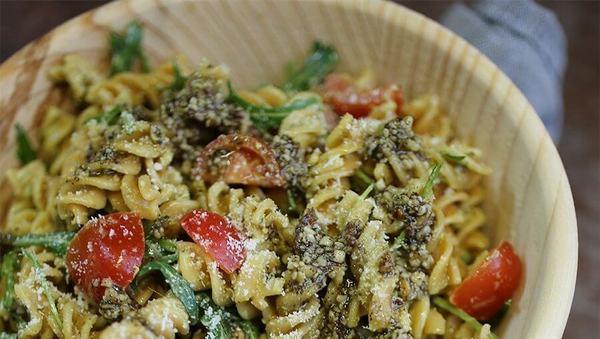 Large vollkorn pasta salat mit pesto