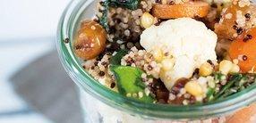 Salat mit Gemüse und Zedernüssen