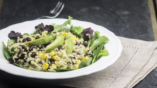 Herzhafter Quinoa Salat mit Tomaten & Kidneybohnen