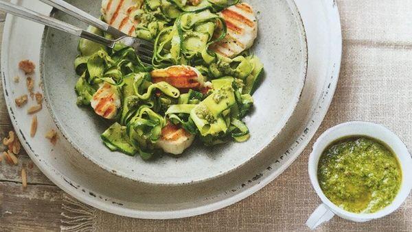Halloumi mit Zucchini Pesto Nudeln
