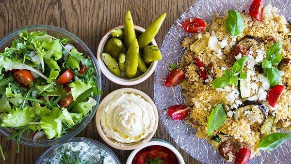 Bunter Couscous-Salat mit gebackener Aubergine