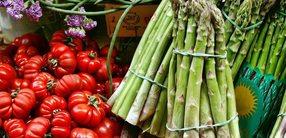 Grüner Spargel Salat mit Kirschtomaten