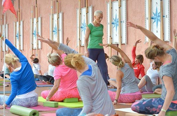 Patricia Thielemann gibt eine Yogastunde auf der Terrasse