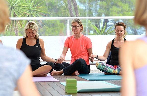 Yoga inmitten der grünen Natur