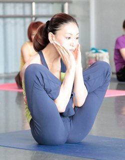 Yoga-Übung Uttana-Kurmasana
