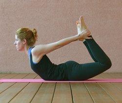 Yoga-Übung Dhanurasana