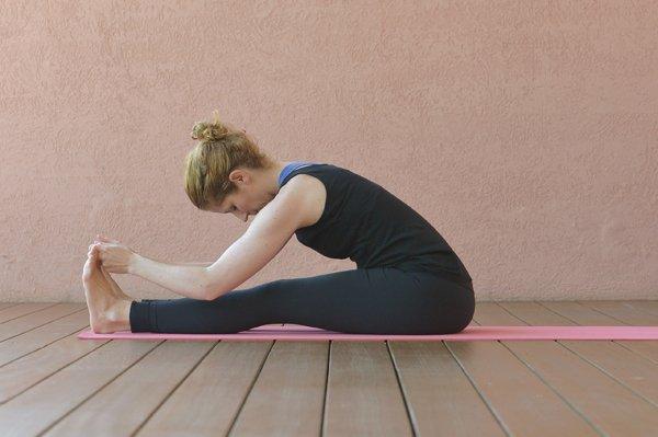 Paschimottanasana – sitzende Vorbeuge im Yoga