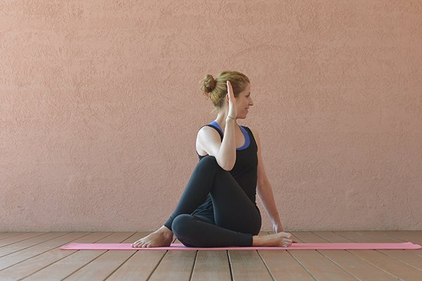 Yoga gegen depressive Verstimmung Frau macht halben Drehsitz