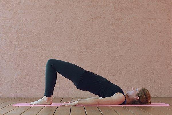 Yoga gegen depressive Verstimmungen Frau macht Schulterbrücke