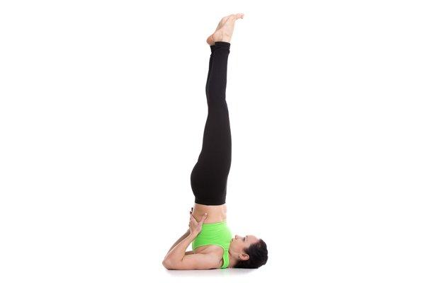 Yoga gegen depressive Verstimmung Frau macht Schulterstand