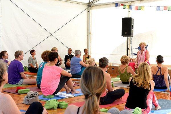 Yoga mit Anna Trökes im Zelt beim YogaEasy Allstars Retreat 2017