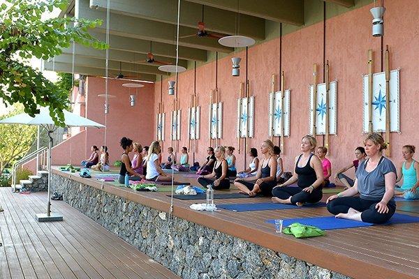 Yoga auf der Terrasse beim Yoga YogaEasy Allstars Retreat 2017