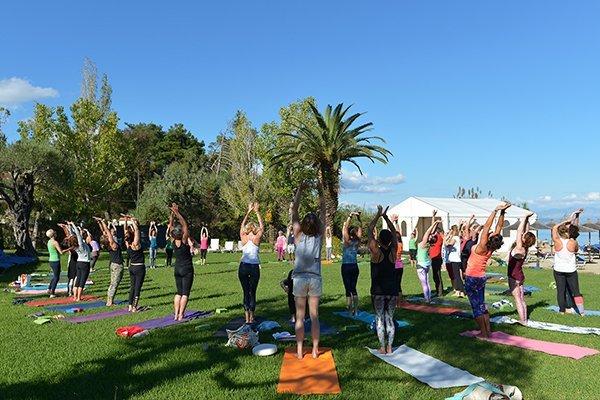 Yoga auf der Wiese beim YogaEasy Allstars Retreat 2017