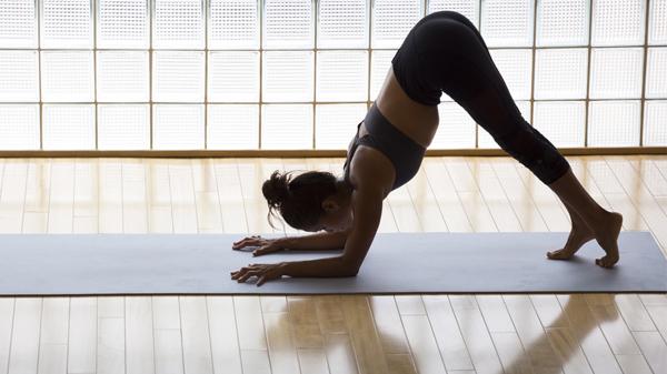 Yoga-Übung: Der Delfin
