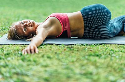 Yoga-Übung Krokodil
