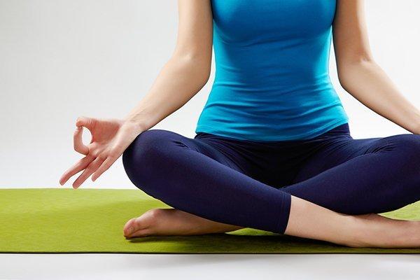 Meditation im Schneidersitz/einfachen Sitz