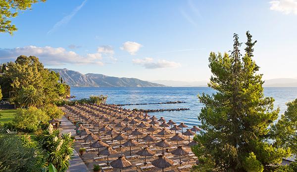 Blick über den Strand des Kontokali Bay & Spa Hotels
