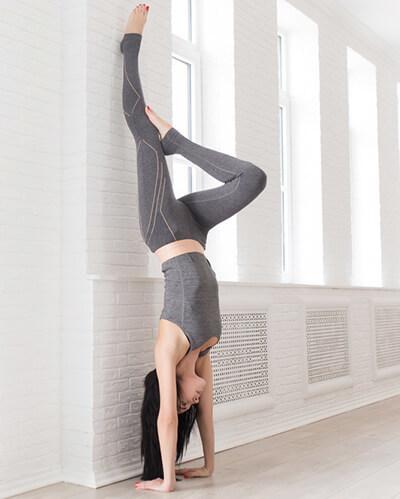 Handstand_an_der_Wand