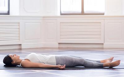 Neurogenes Zittern gegen Stress: Shavasana – Entspannung