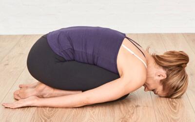 Yoga-Übungen: Alles über Umkehrhaltungen Balasana Kindhaltung