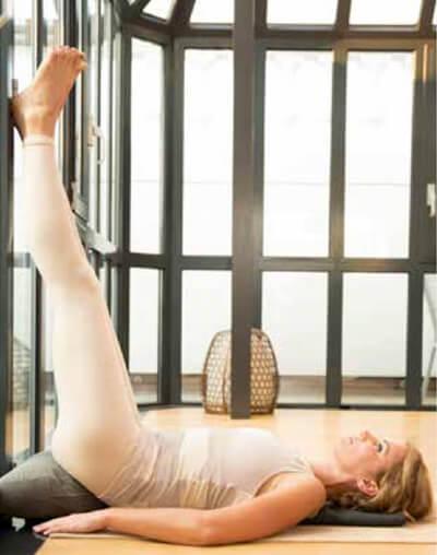 Yoga-Übungen: Alles über Umkehrhaltungen halber Schulterstand Viparita Karani