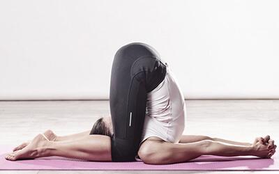 Die 5 skurrilsten Asanas und Yoga-Praktiken Karnapidasana