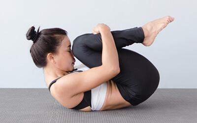 Die 5 skurrilsten Asanas und Yoga-Praktiken Pavanmuktasana