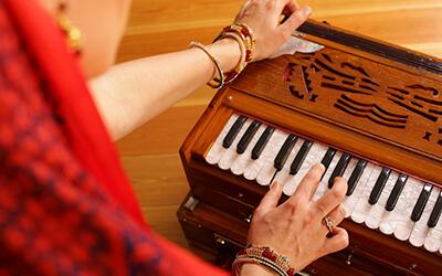 Öffne dein Herz – mit Bhakti Yoga Harmonium