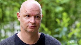 """Yoga Video Interview mit René Hug über sein Buch """"Yin Restorative Yogatherapie"""""""