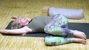 yoga drehungen liegen tutorial