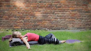Yoga Video Im Körper ankommen: Sanftes Abend-Yoga