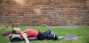 Im Körper ankommen: Sanftes Abend-Yoga