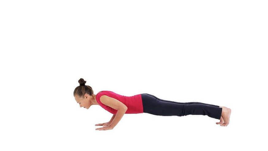 Yoga Video chaturanga dandasana (Brettstellung mit gebeugten Armen)